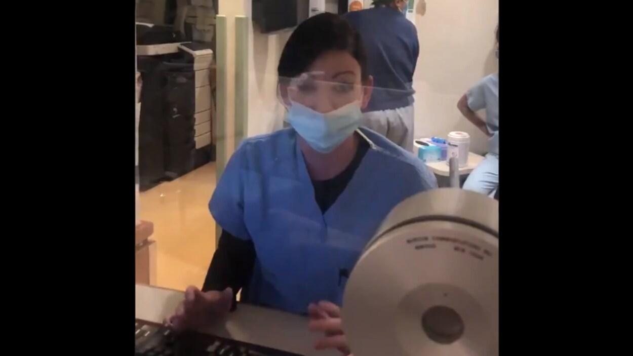 Une infirmière portant un masque à la réception de l'Hôpital St-Joseph.