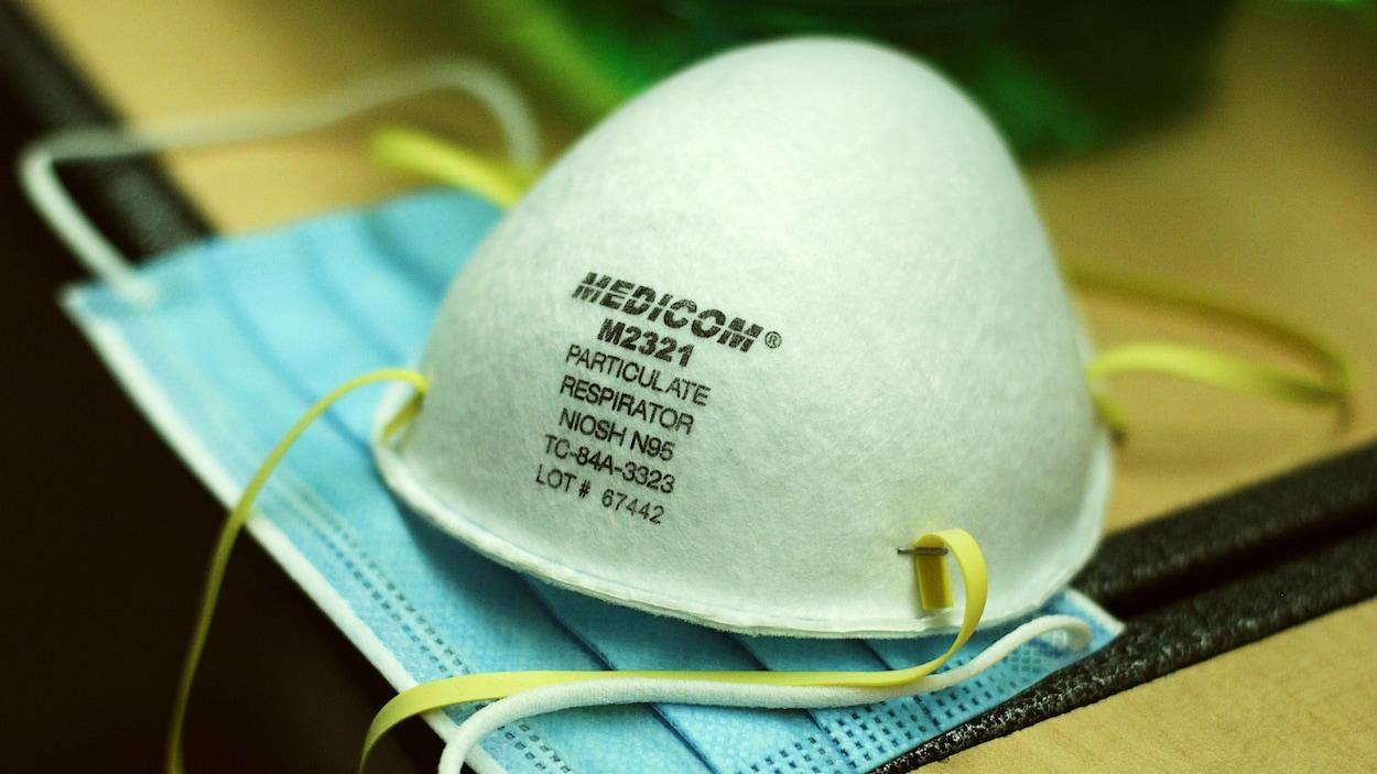 Un masque N95 et un masque chirurgical de l'entreprise québécoise Medicom.
