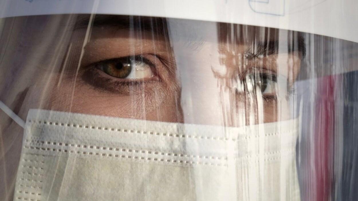 Des yeux derrière une visière de protection.