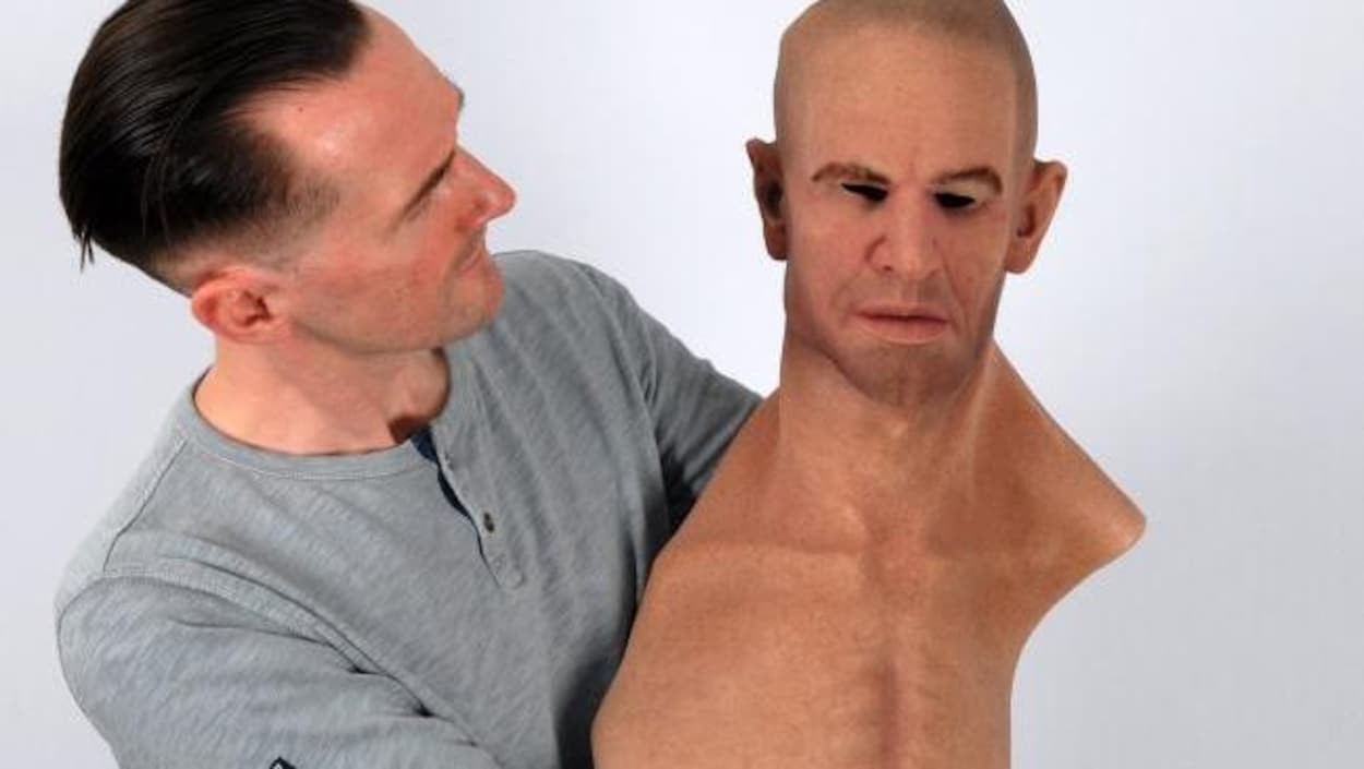 Le Dr Rob Jenkins avec un masque hyperréaliste.