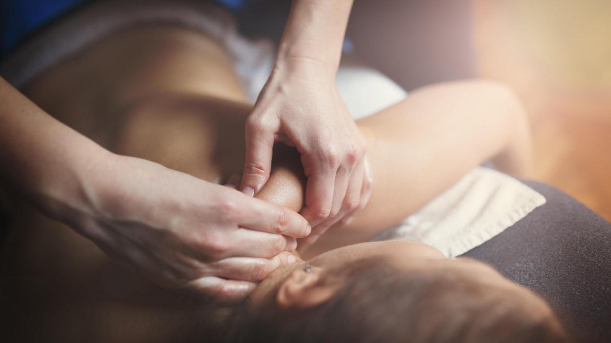 Une femme se fait masser le dos.