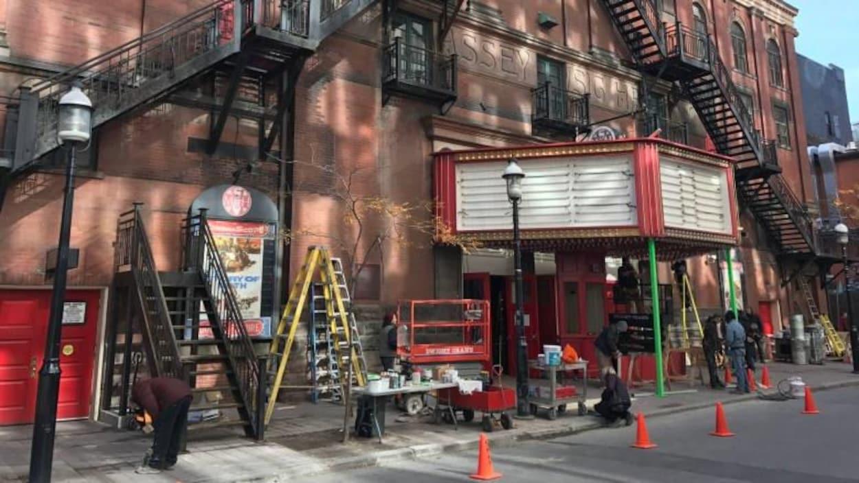 L'équipe de La Forme de l'eau a créé un chapiteau et une billetterie pour transformer le Massey Hall de Toronto en un cinéma des années 1960 à Baltimore.