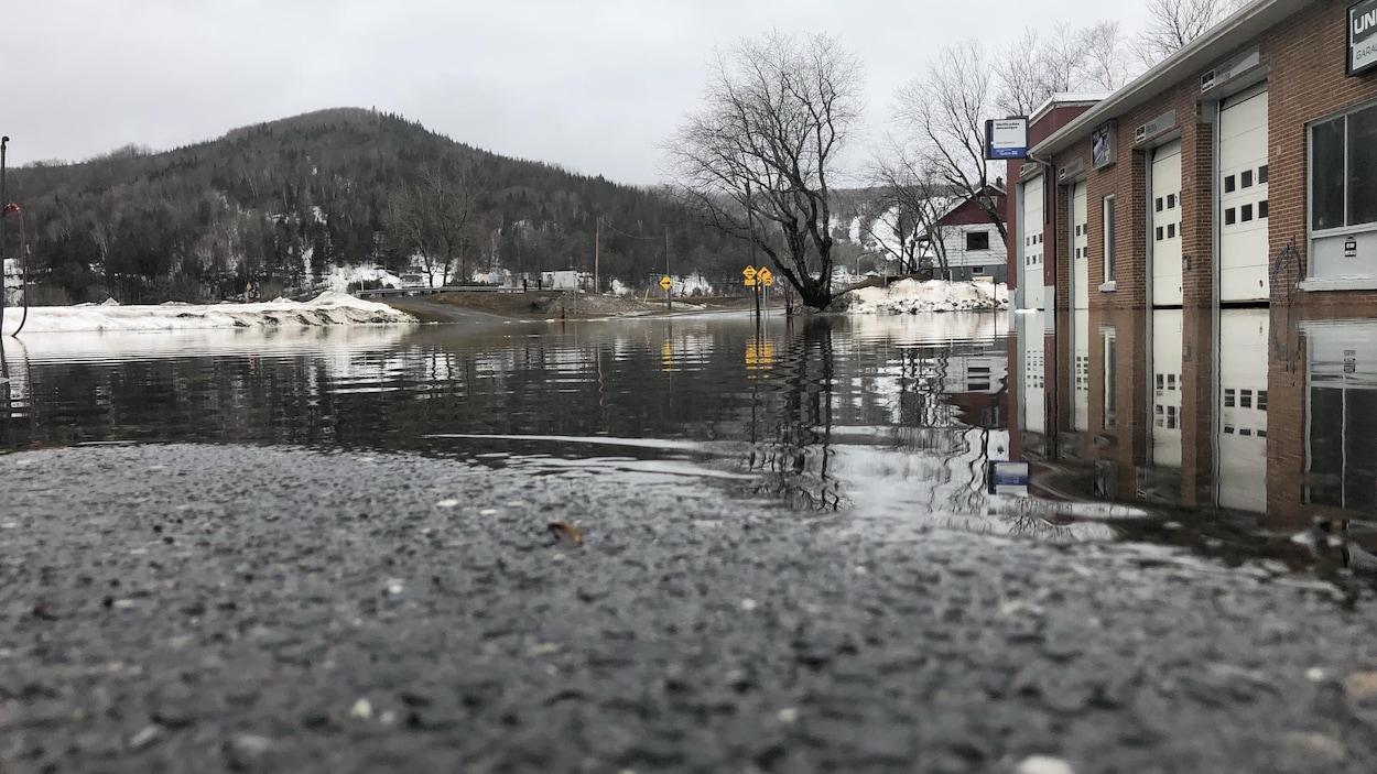 L'eau a envahi l'une des rues de la municipalité.