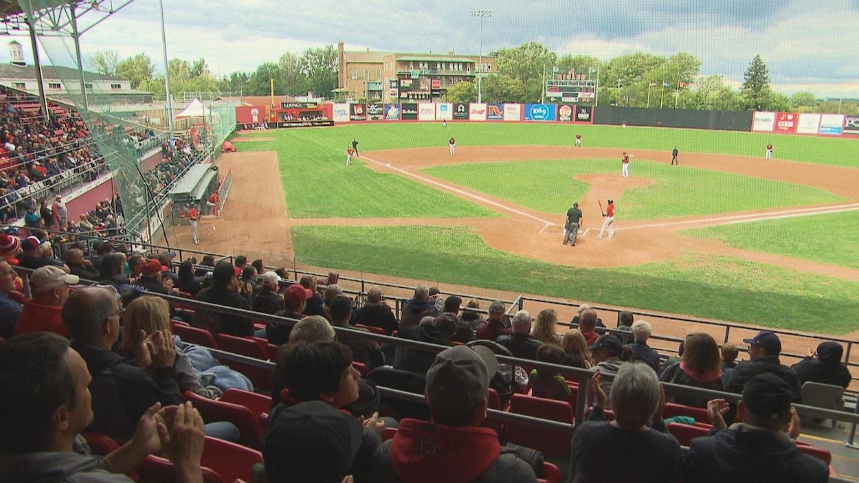 Des spectacteurs regardent un match de baseball