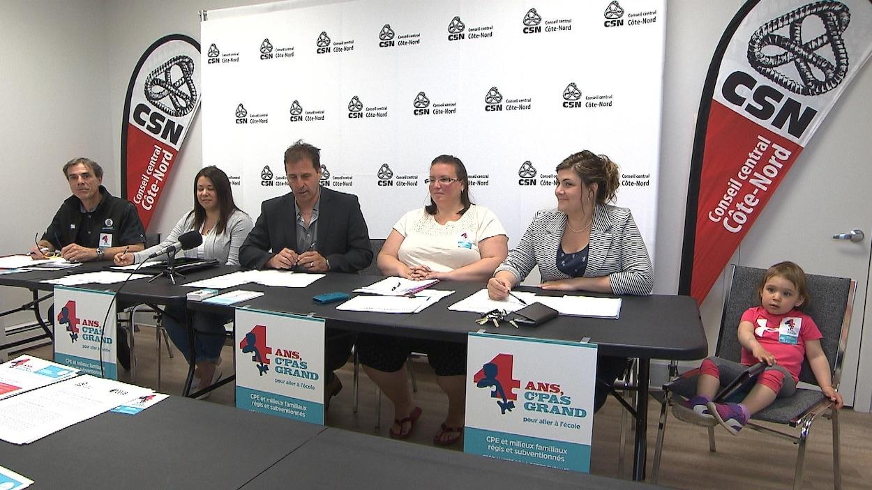 Des représentants de la CSN, des employés et des directrices de CPE nord-côtiers en point de presse.