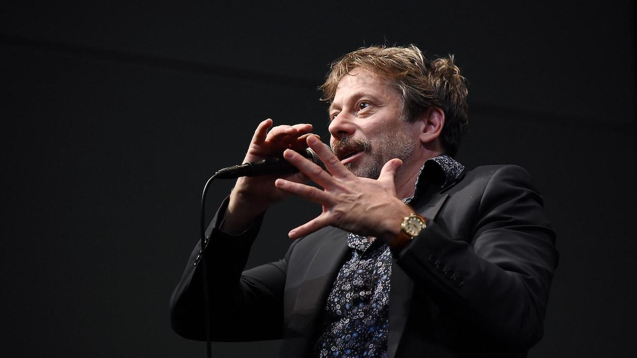 Le réalisateur Mathieu Amalric tient au micro lors d'une discussion au festival du film de New York, en 2017.