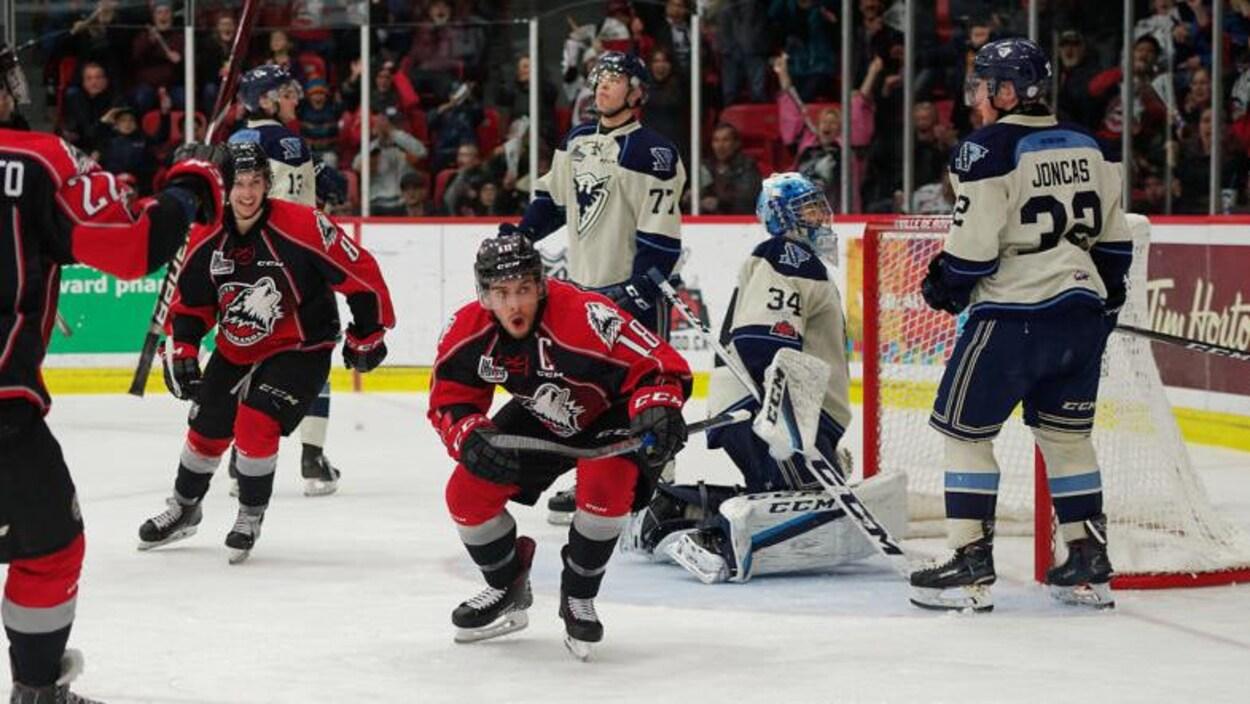 Le capitaine de l'équipe des Huskies de Rouyn-Noranda, Mathieu Boucher, célèbre un but contre le Phoenix de Sherbrooke.