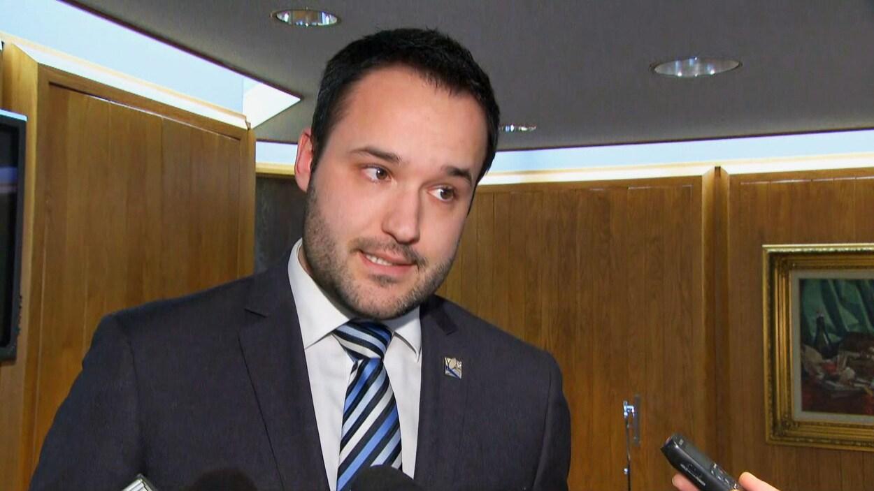 Mathieu Lacombe répond aux questions des journalistes lors d'une mêlée de presse.