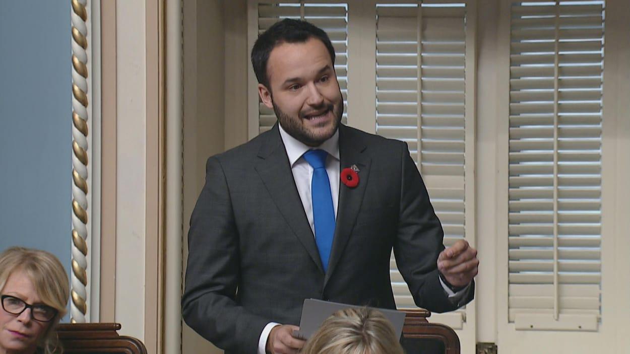 Mathieu Lacombe parle, debout, à l'Assemblée nationale.