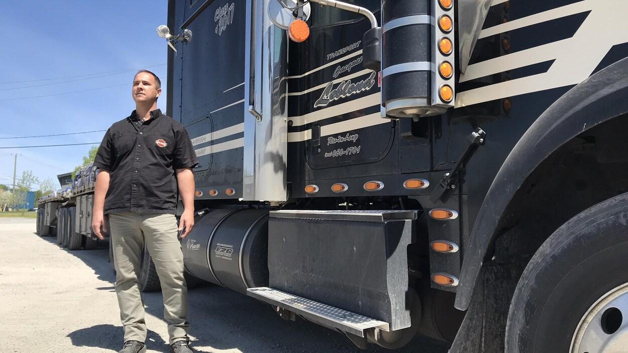Mathieu devant son camion