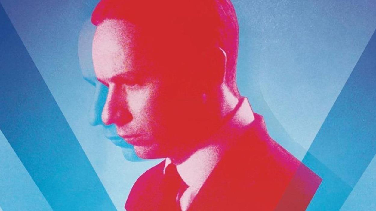 Le portrait d'un homme en rouge sur un fond bleu.