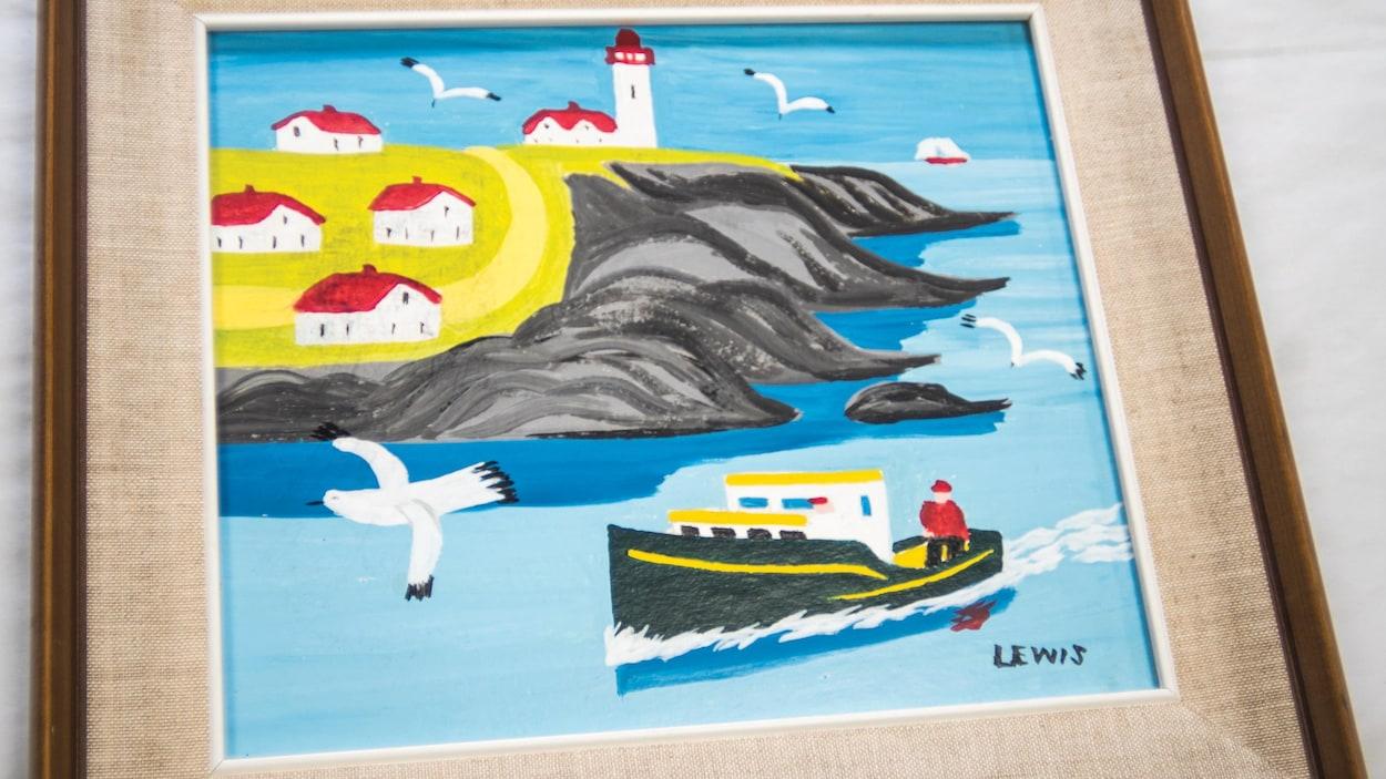 Un tableau d'art naïf montrant un bateau de pêche, des maisons et des goélands