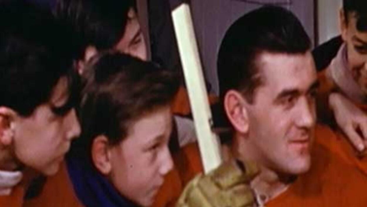 Maurice Richard entouré d'enfants.