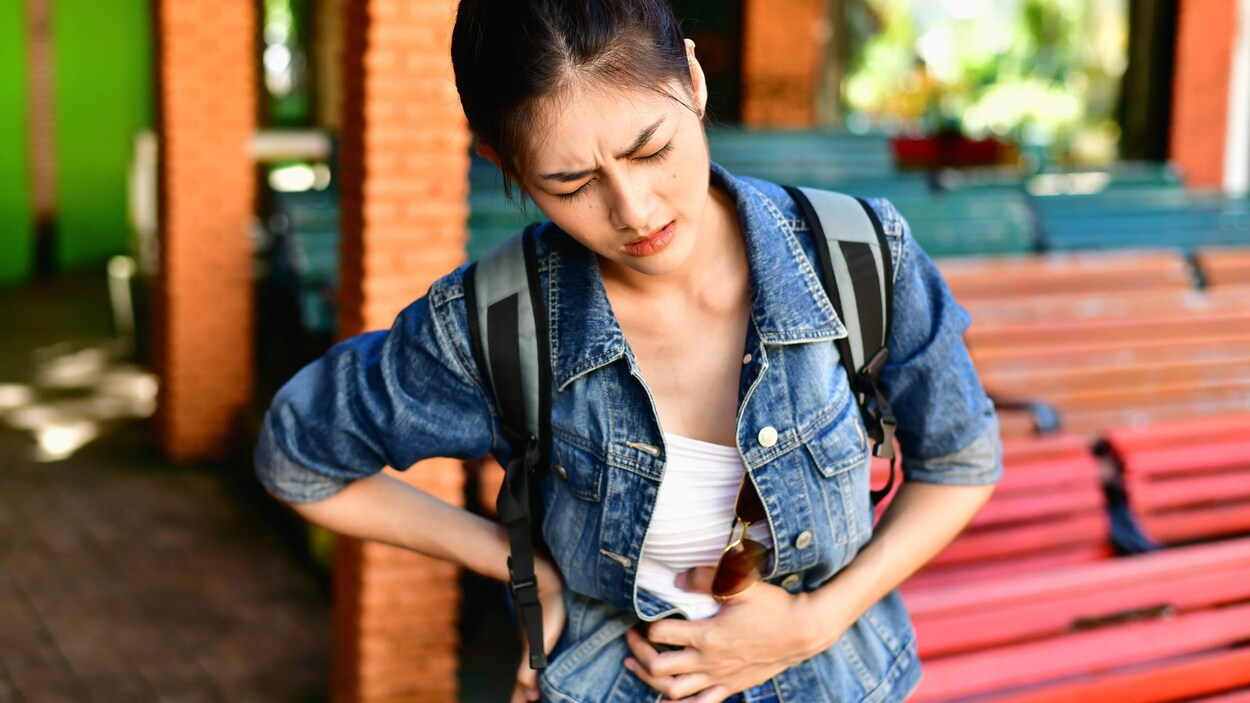 Une jeune fille souffre d'intenses maux de ventre.