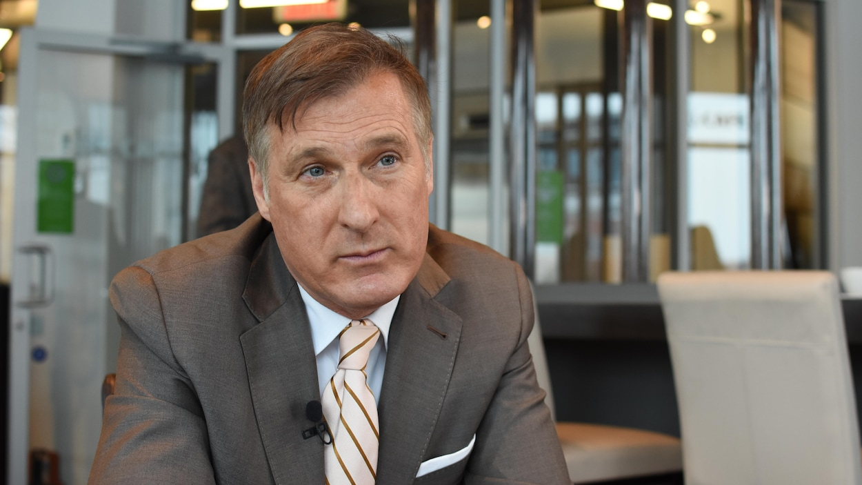 Le chef du Parti populaire du Canada, Maxime Bernier, porte un micro-cravate et accorde une entrevue.