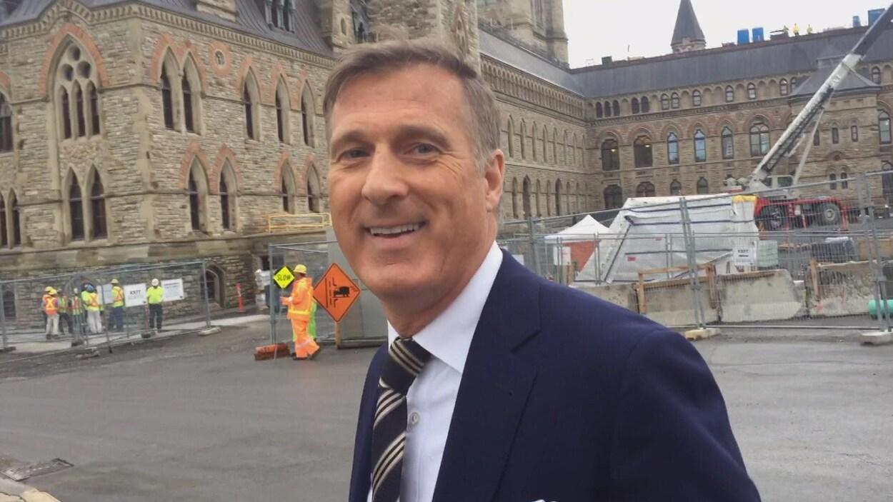 Le député conservateur Maxime Bernier à l'extérieur du parlement.