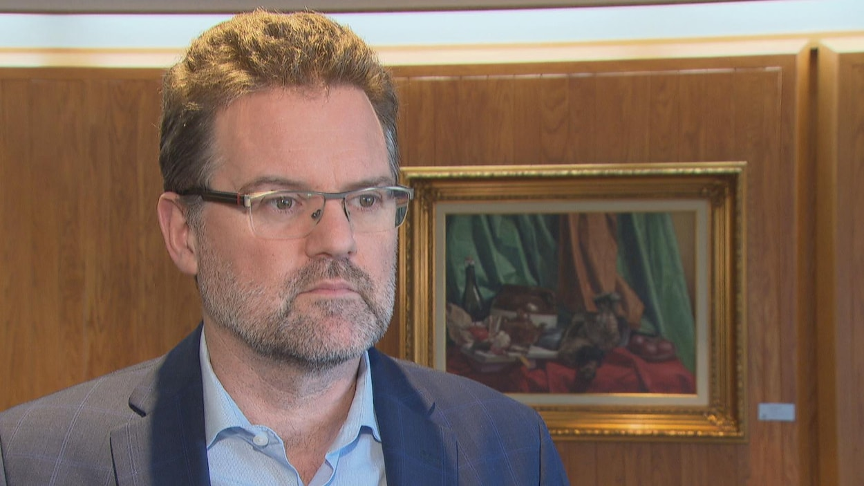 Une homme en entrevue avec Radio-Canada.