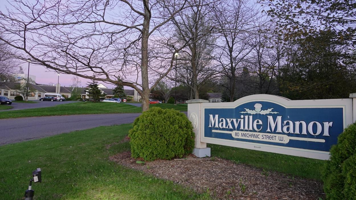 """Affiche à l'entrée des lieux où on peut lire """"Maxville Manor""""."""