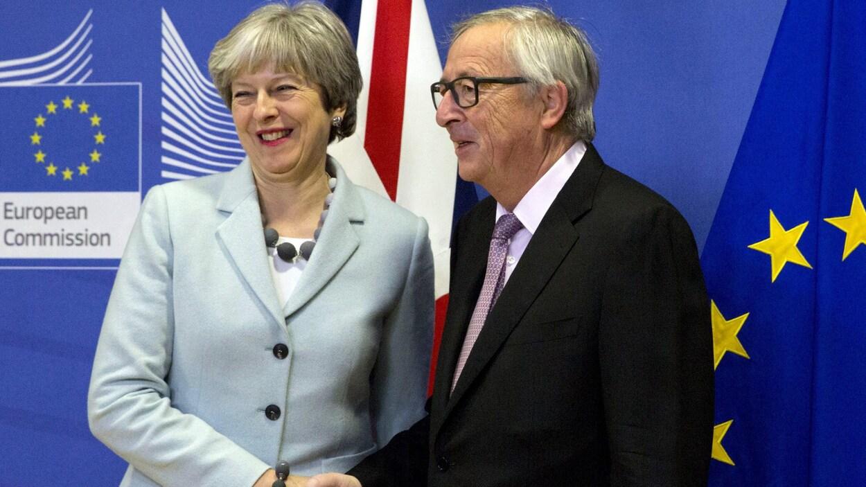Poignée de mains entre la première ministre britannique, Theresa May, et le président de la Commission européenne, Jean-Claude Juncker.