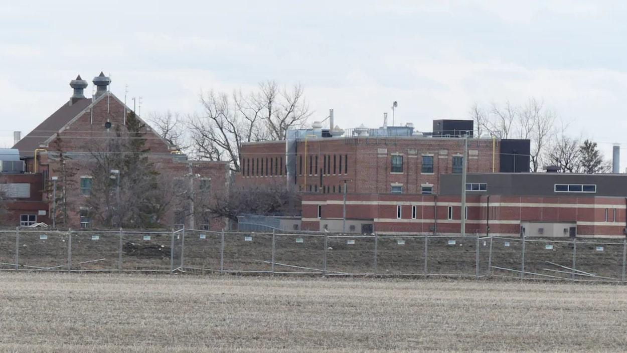 L'extérieur d'une prison, vu de côté.