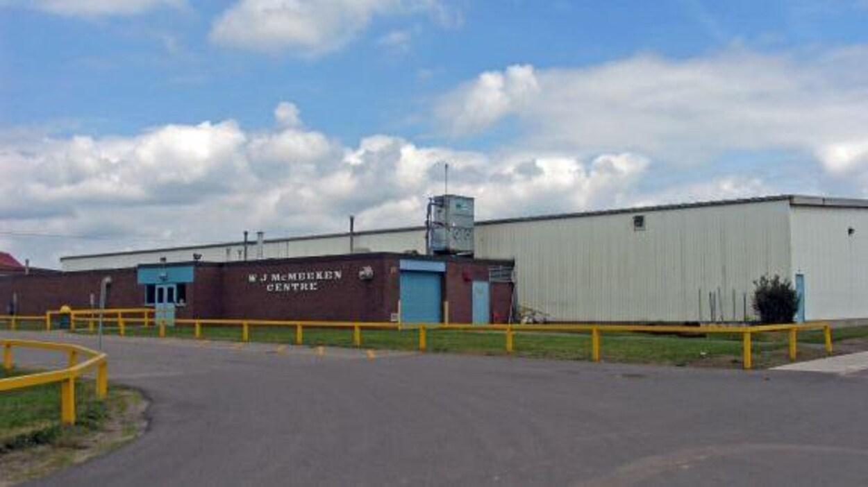 Le Centre W.J. McMeeken comporte une patinoire.