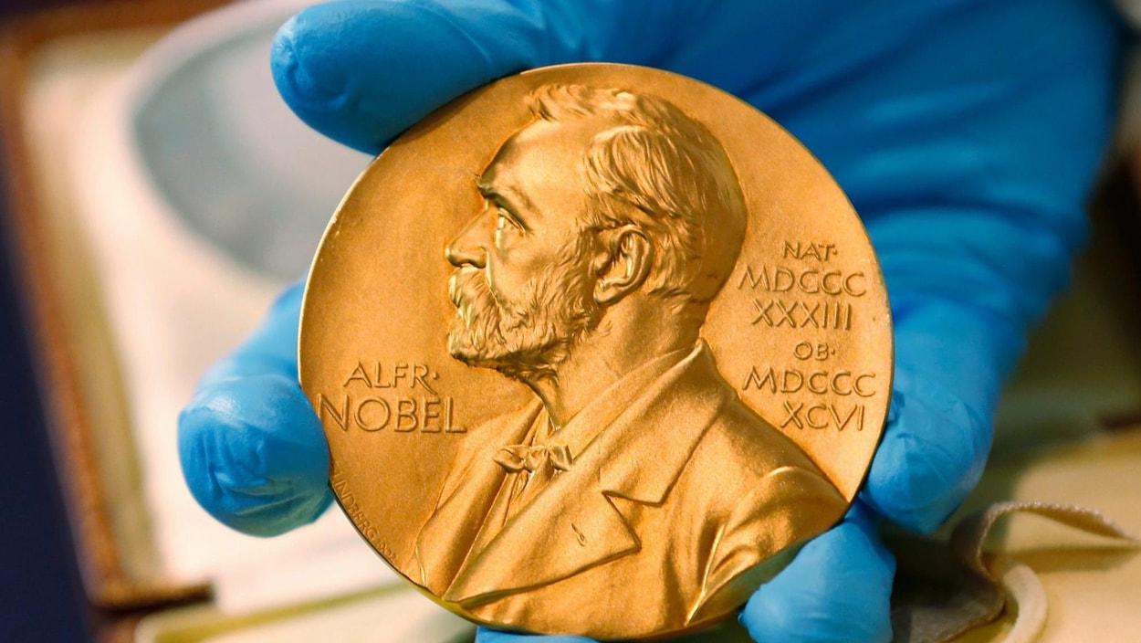 Une médaille du prix Nobel de littérature.