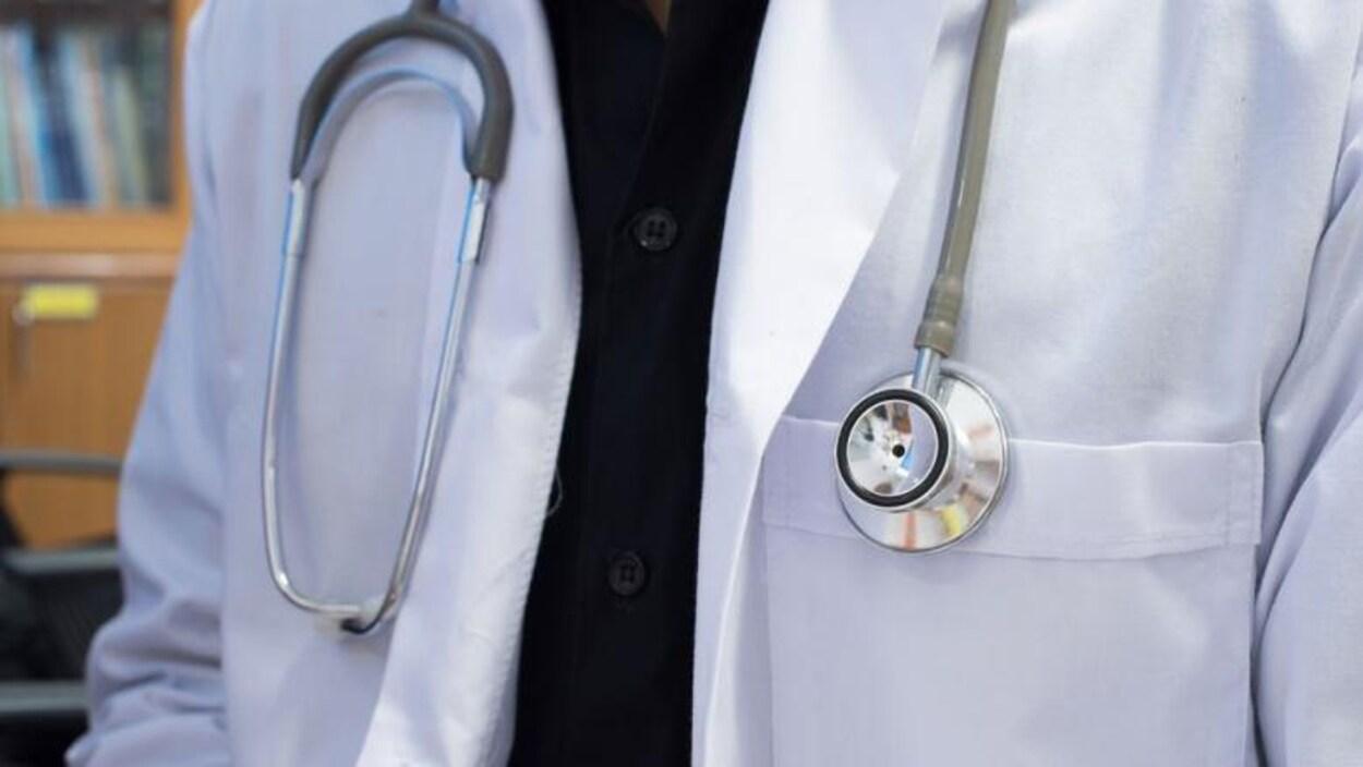 Gros plan sur un stéthoscope autour du cou d'un docteur