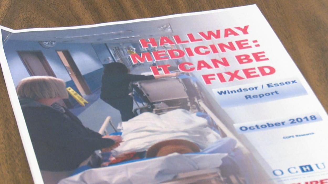 Une brochure avec des photos de lits d'hôpitaux dans un couloir.