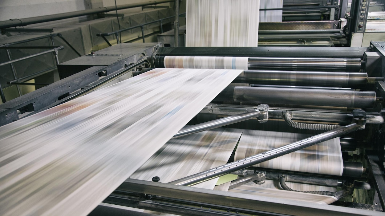 Une presse imprime des journaux.