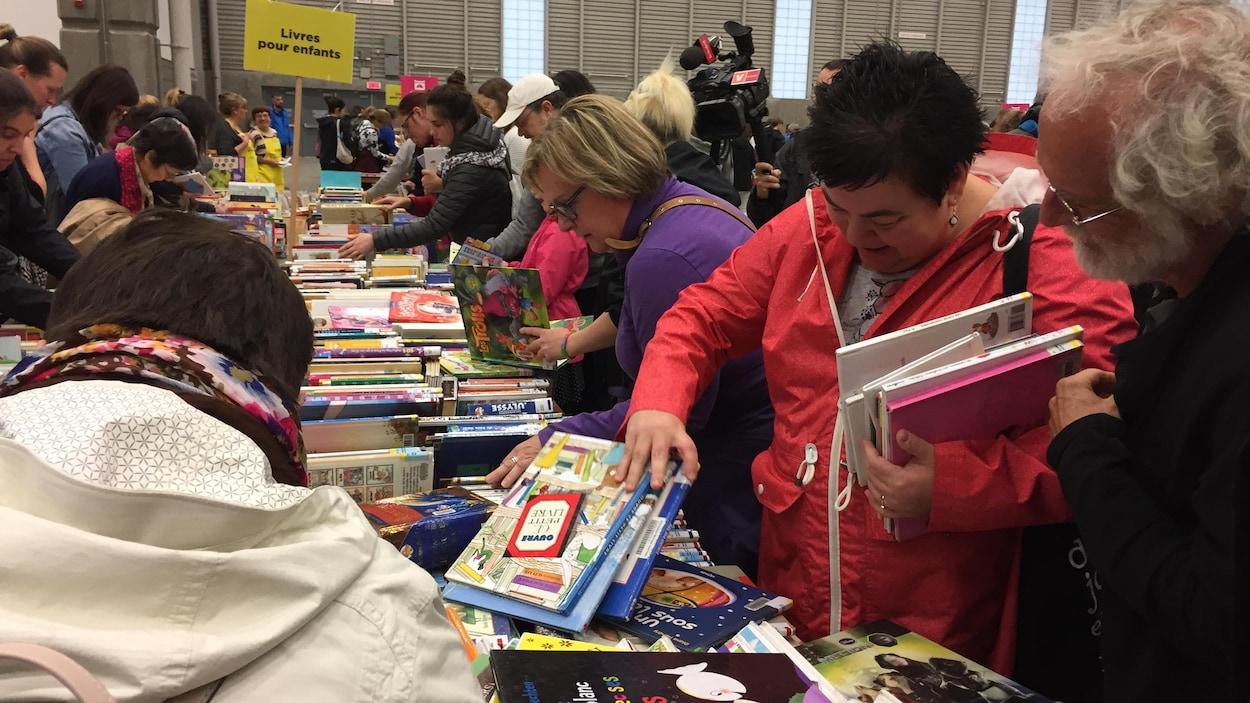 Les amateurs de lectures faisaient la file ce matin au Centre de foires d'ExpoCité pour dénicher les meilleurs livres et document à la Méga Bibliovente.