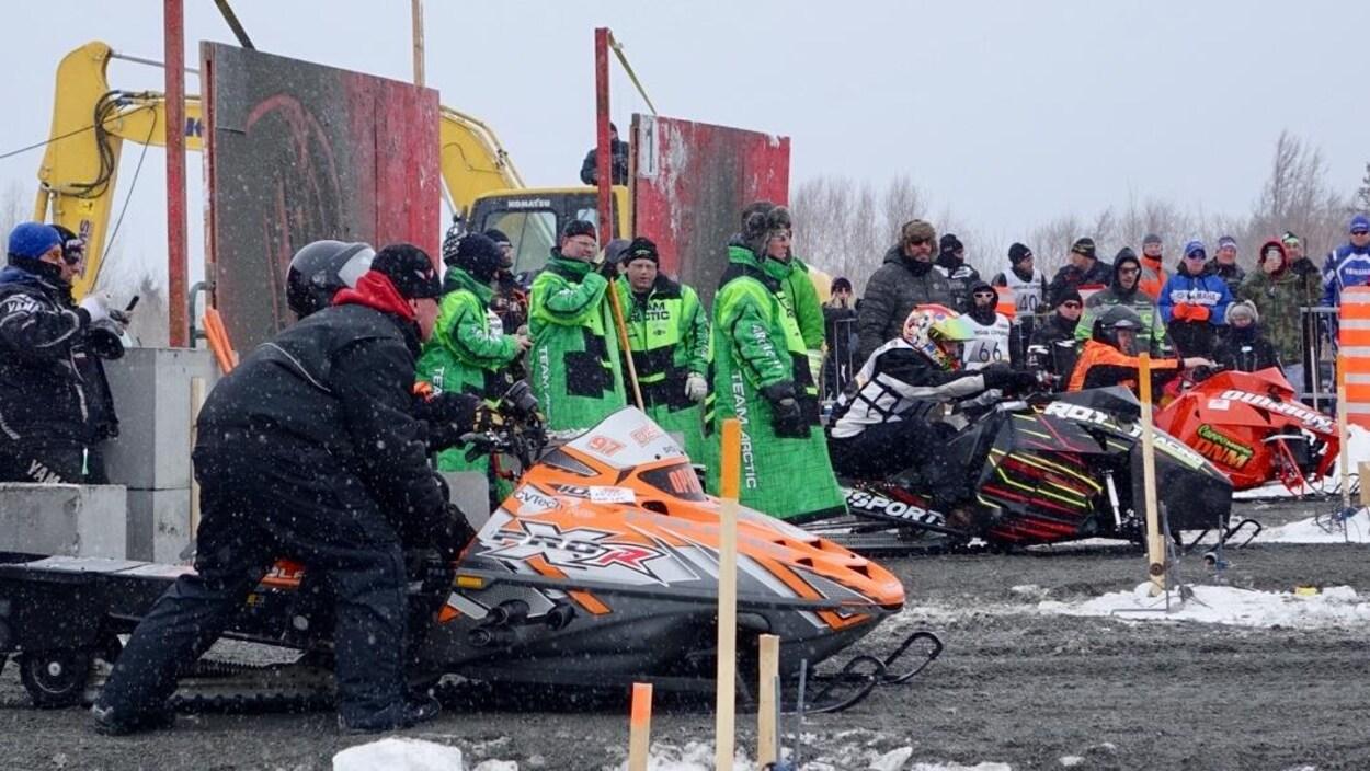 Des motoneiges prêtes à prendre le départ d'une course d'accélération