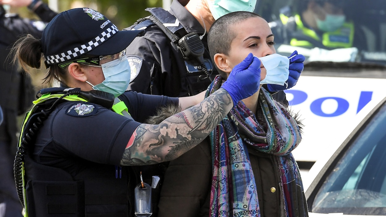https://images.radio-canada.ca/q_auto,w_1250/v1/ici-info/16x9/melbourne-arrestations-manifestation-anti-mesures-sanitaires.jpg