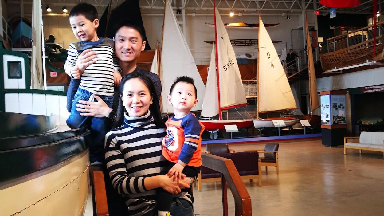 Meng Zhao, son mari et leurs enfants pĥotographiés au Musée maritime de l'Atlantique, à Halifax.