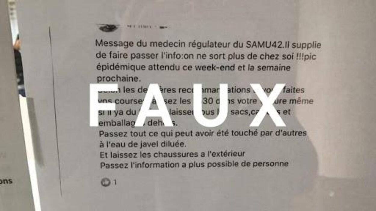 Une feuille avec une publication Facebook, collée sur une vitre, avec le mot FAUX sur l'image.