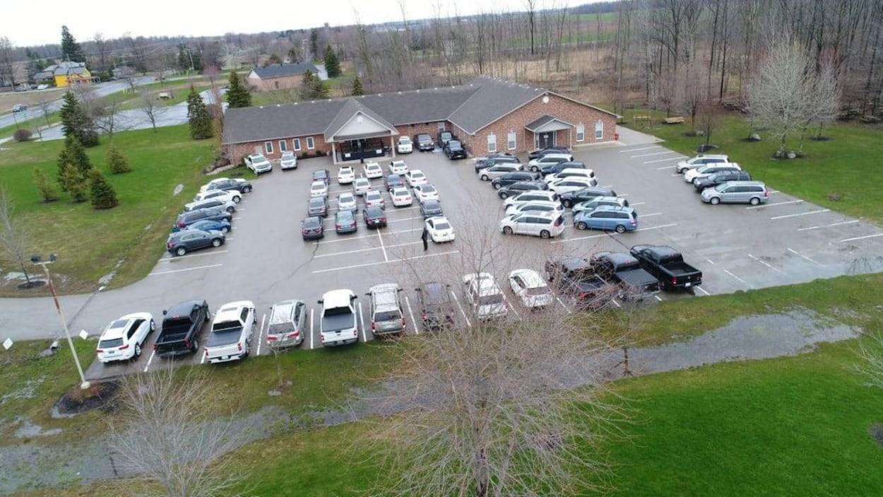 Une photo prise d'un drone montre le stationnement d'une église