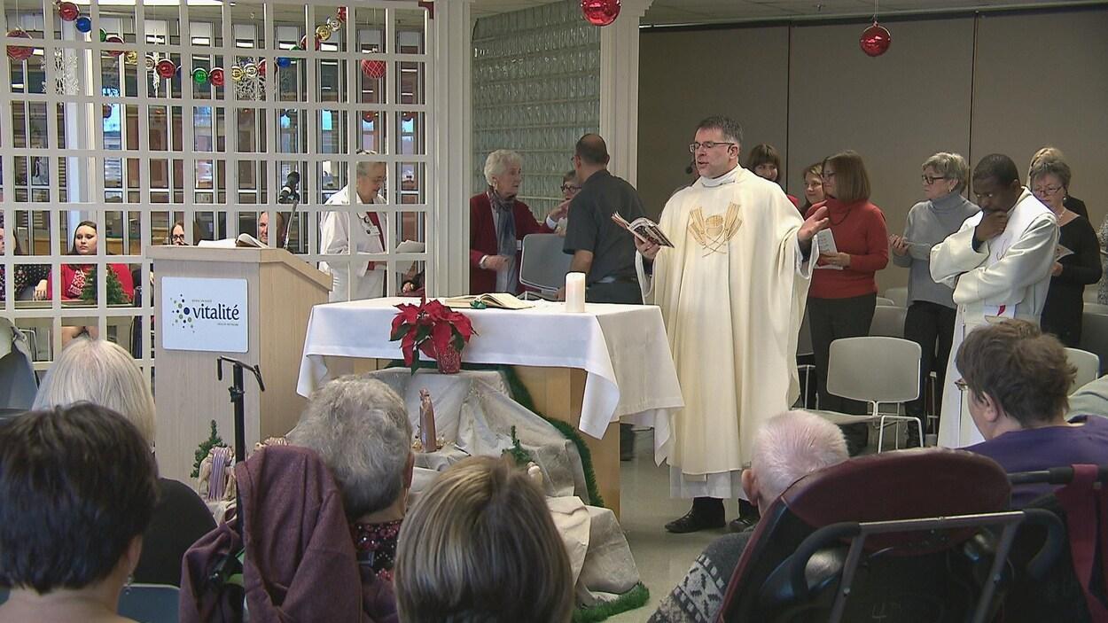 La cafétéria du Centre hospitalier universitaire Dr-Georges-L.-Dumont s'est transformée en mini-chapelle dimanche pour la messe de Noël.