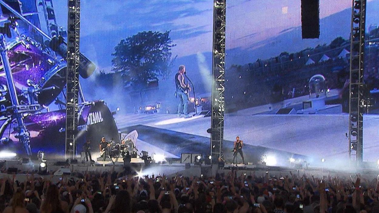 La foule regarde le chanteur de Metallica James Hetfield.