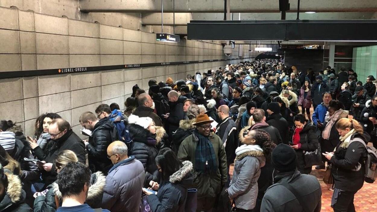 Des centaines de personnes immobilisées sur le quai de la station Lionel-Groulx.