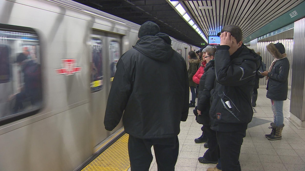 Photo d'usagers qui attendent le métro.
