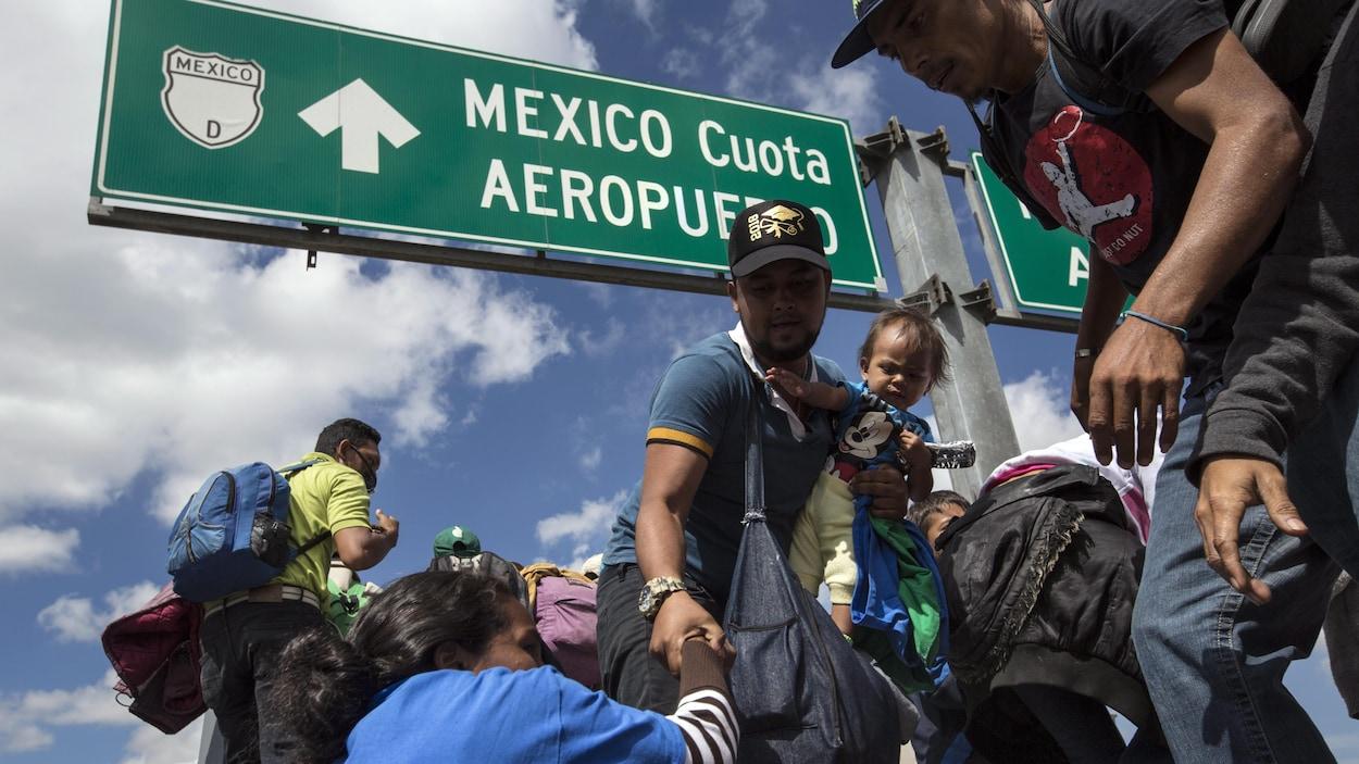 Des migrants convergent vers Mexico où les autorités ont aménagé un stade pour les héberger.