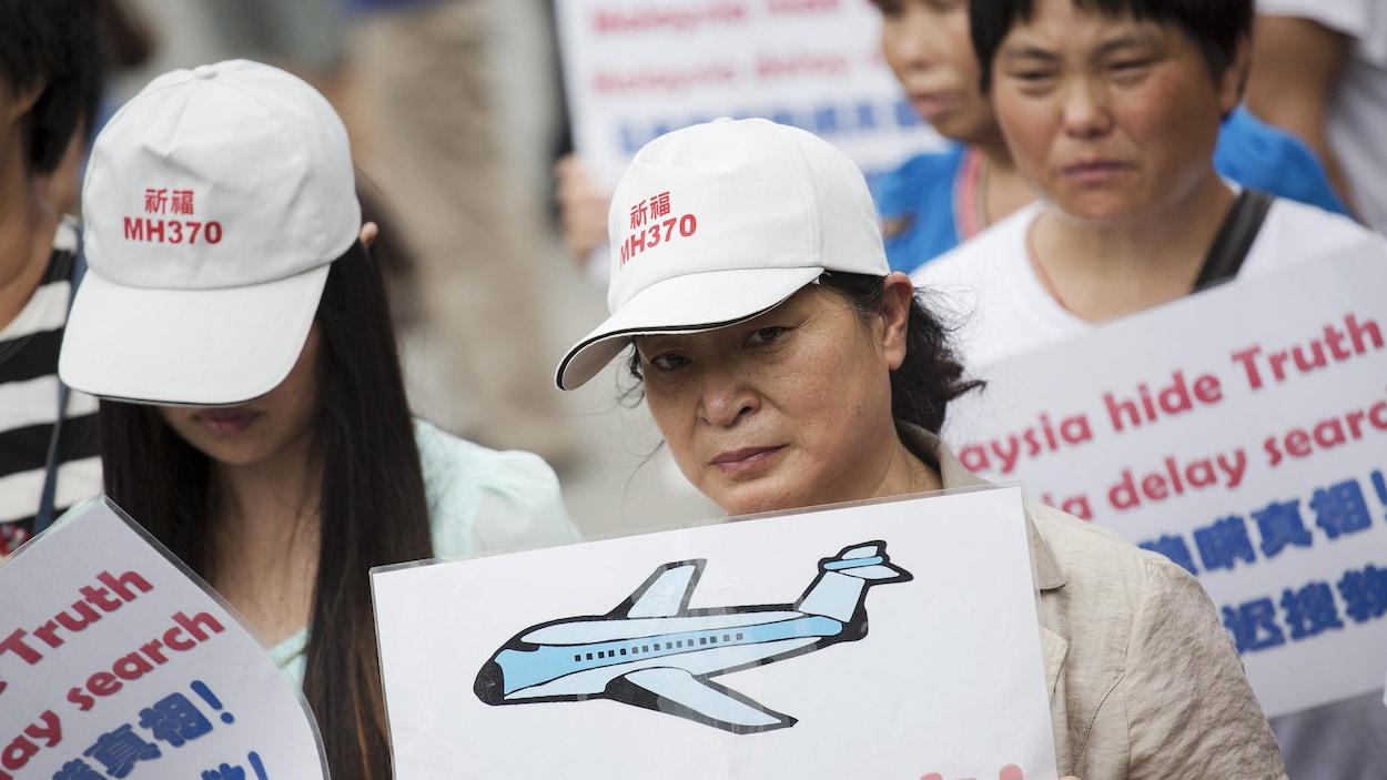Depuis la disparition de l'avion en 2014, des proches des victimes organisent ponctuellement des manifestations pour réclamer plus d'efforts des autorités afin de retrouver l'appareil.