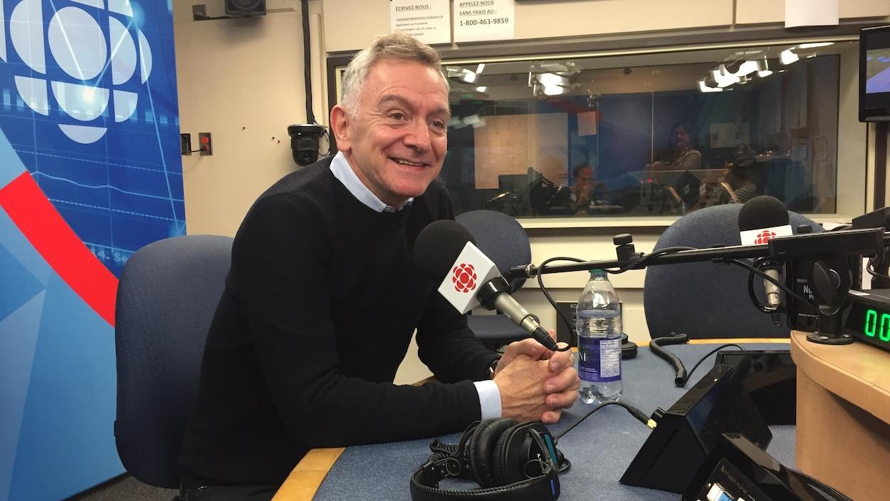 Michel Marc Bouchard se trouve dans un studio de Radio-Canada.