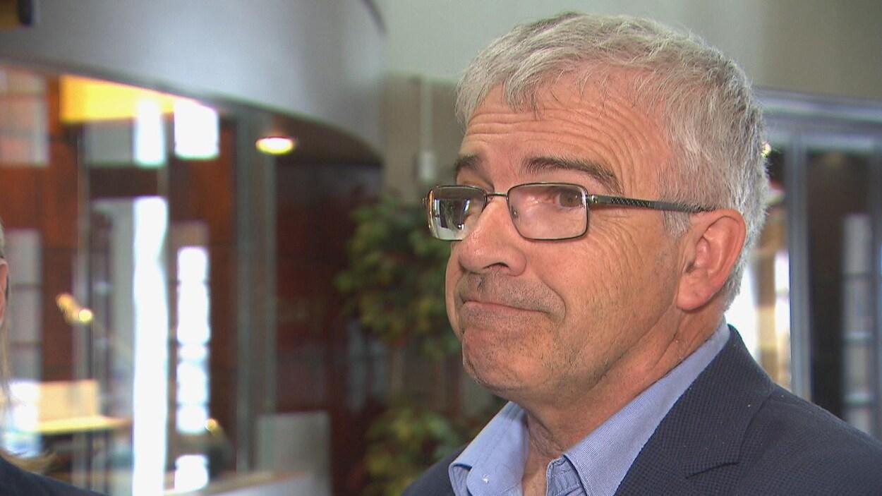 Le maire suppléant de Saguenay, Michel Potvin, se trouve dans le vestibule de l'hôtel de ville.