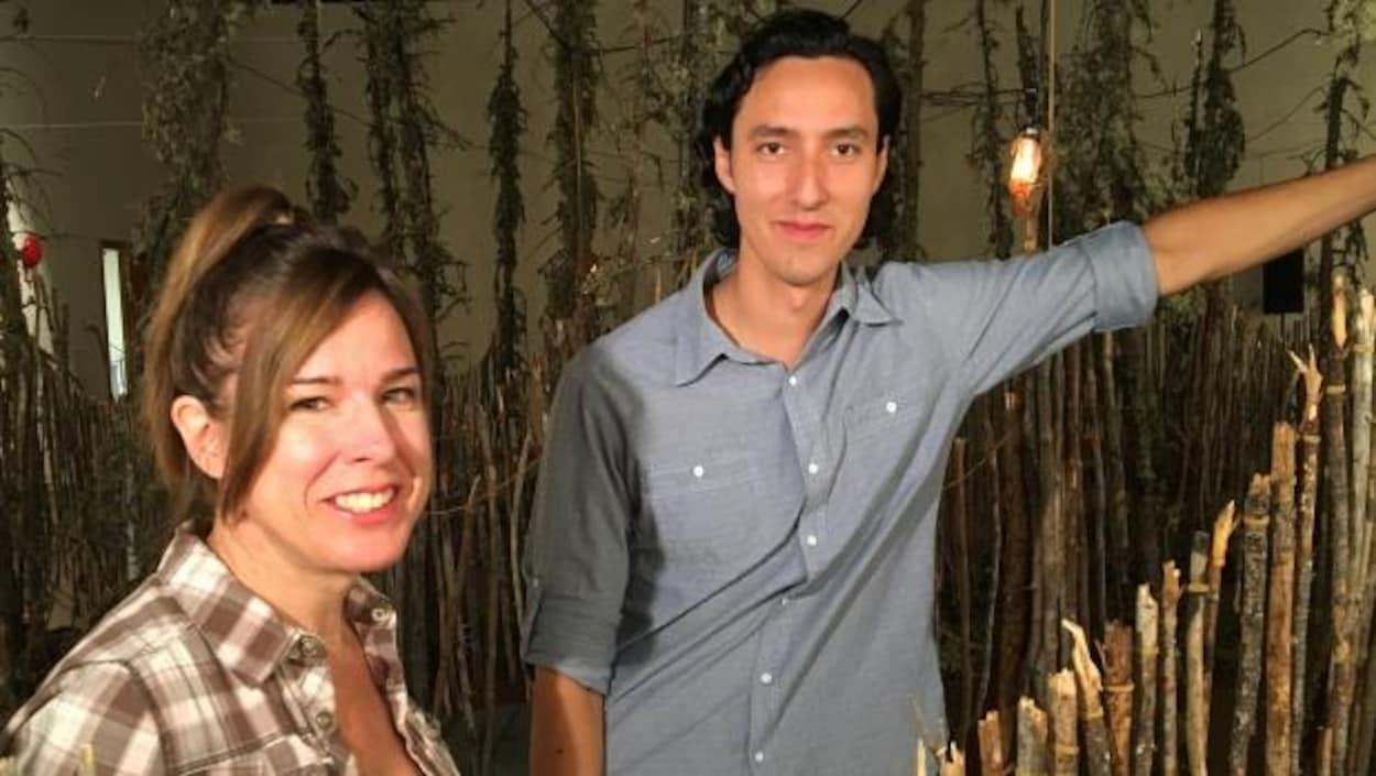 L'artiste Michèle Mackasey et son fils Chevez Ezaneh ont réalisé l'oeuvre dans la communauté de Patuanak, dans le nord de la Saskatchewan.