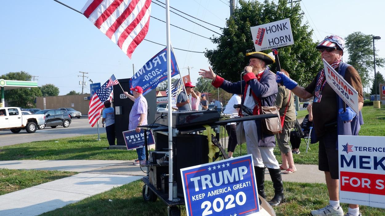 Des partisans républicains à une intersection
