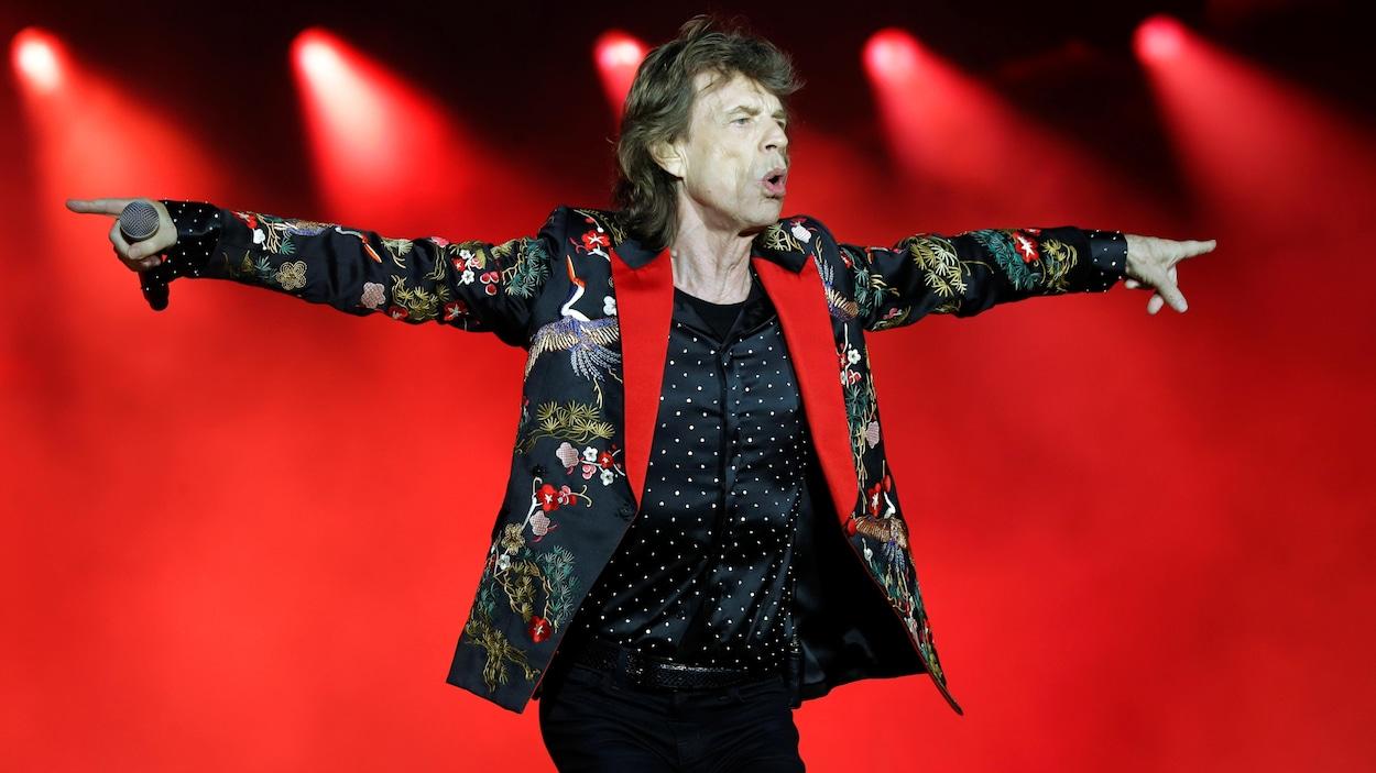 Mick Jagger danse sur scène.