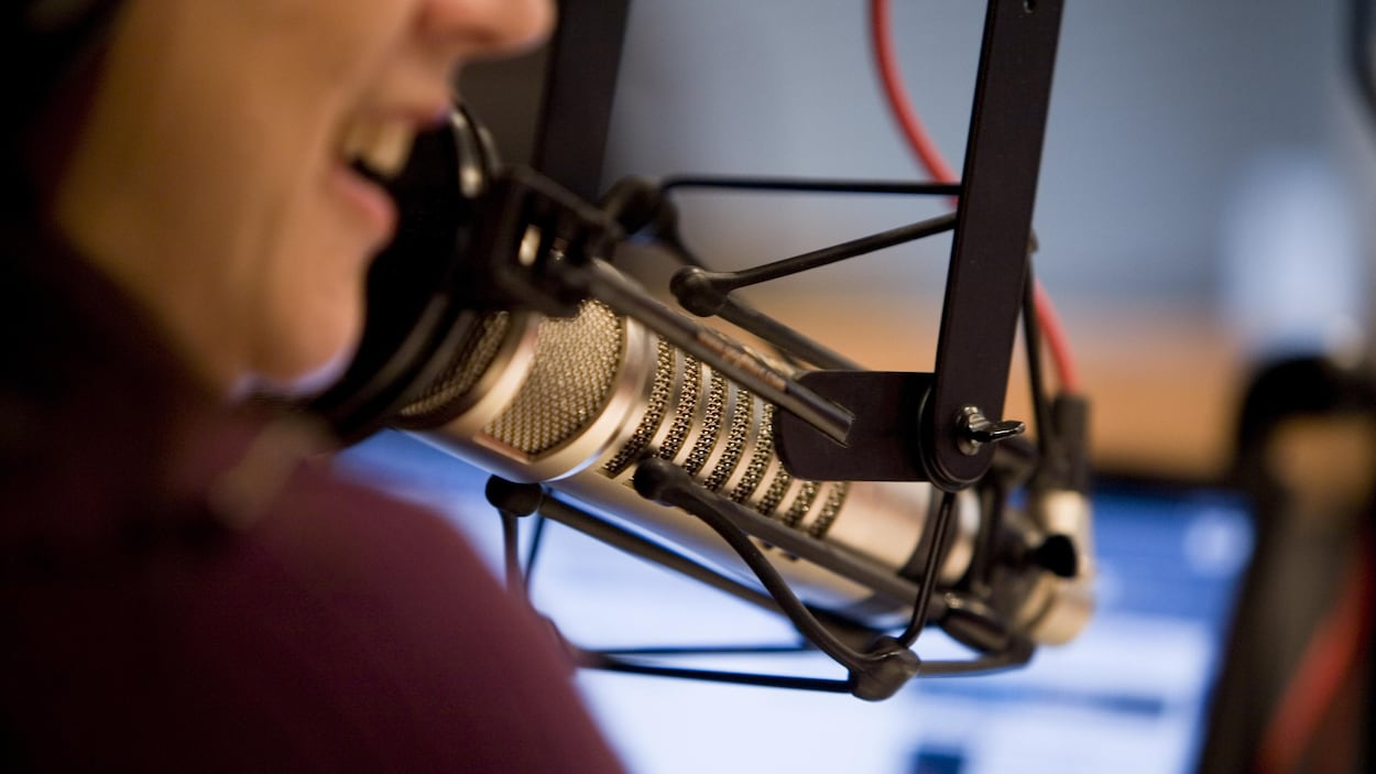 Animatrice au micro d'une radio.