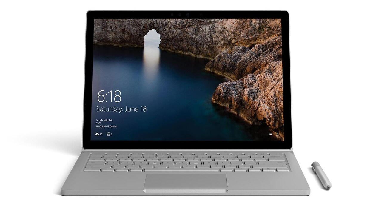 Une photo d'un ordinateur portable Microsoft Surface Book gris.