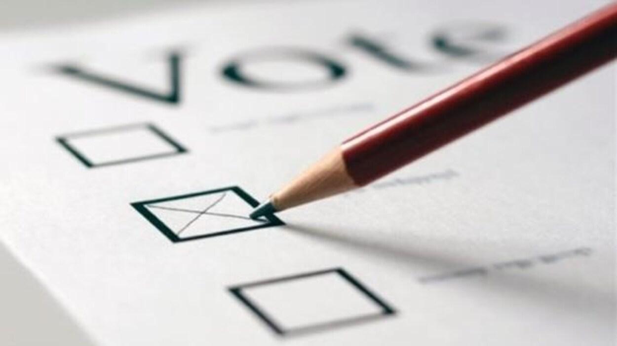 La pointe d'un crayon près d'un x, tracé dans une des cases d'un bulletin de vote générique