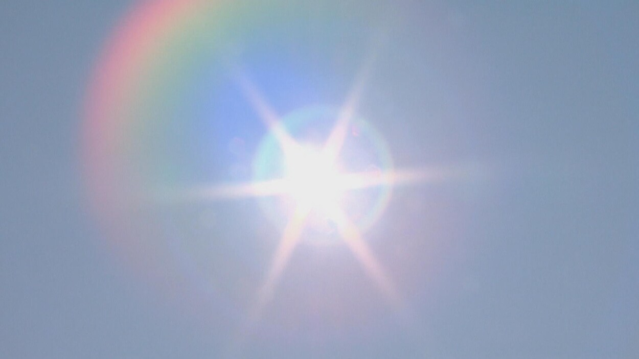 Rayons de soleil très lumineux dans un ciel bleu